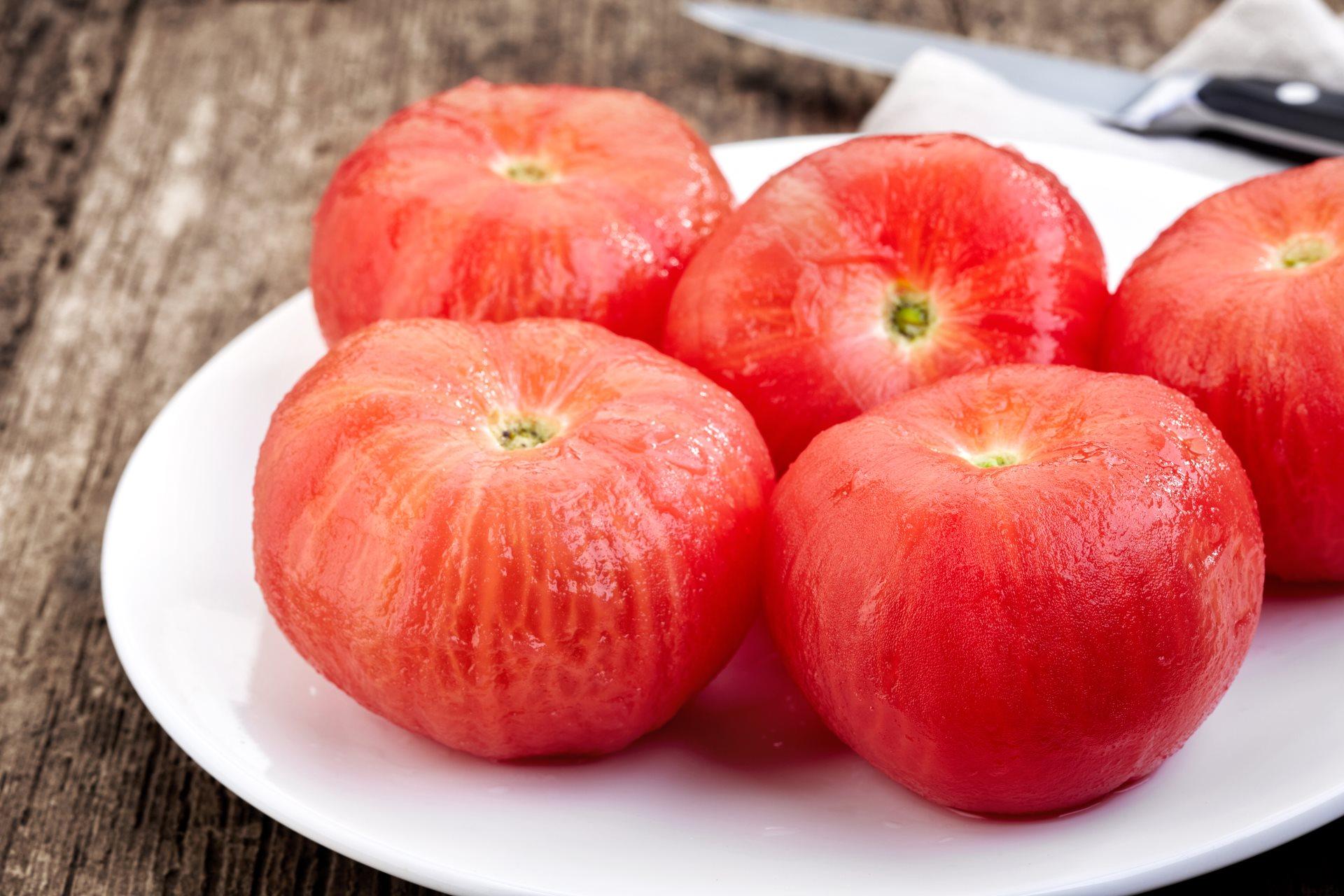 Kako najlakše oljuštiti paradajz 295198280